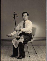 杨先生自幼钟爱潮剧,精通二胡