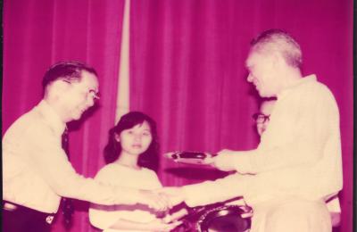 杨先生接受新加坡总理颁发的公共服务奖章